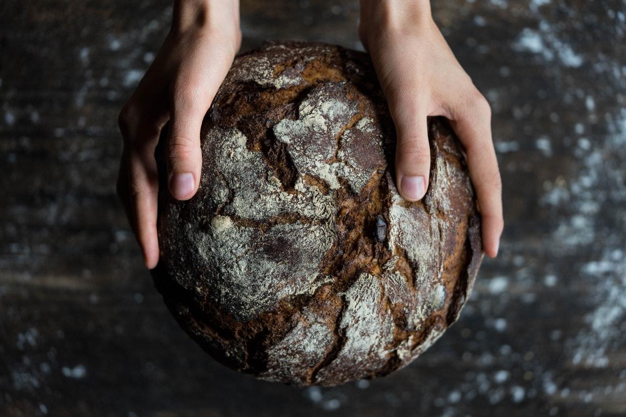 Brot in beiden Händen