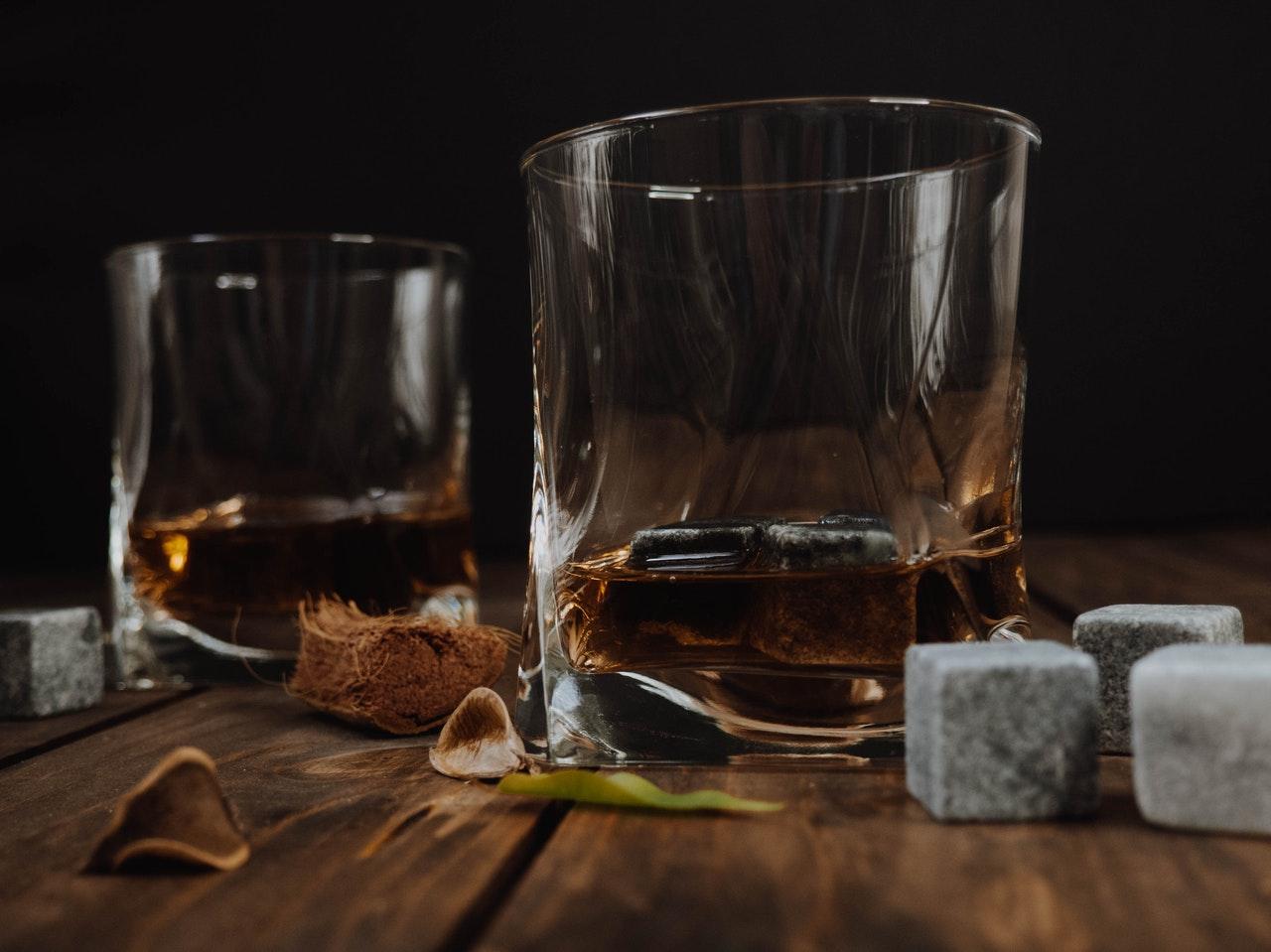Zwei Gläser Whisky