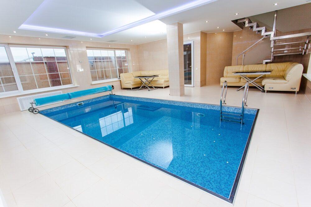 Schwimmbad mit Abdeckung